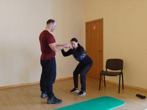 Šaunuoliai mūsų treneriai Laura ir Sergejus Michailovai demonstruoja pratimus.